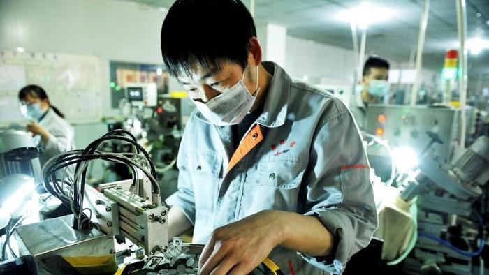 Sejumlah pabrik di China perlahan kembali buka dan beroperasi di tengah wabah virus corona. Para pekerja di pabrik itu sibuk beraktivitas dengan kenakan masker.