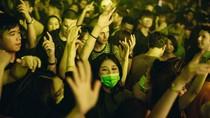 Safety First! Foto Viral Wanita Clubbing Pakai Masker Hindari Virus Corona
