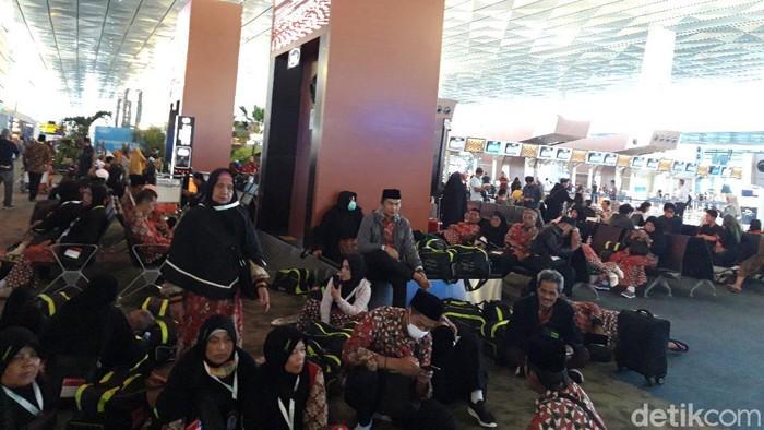 Jemaah umrah tertahan di Bandara Soetta.