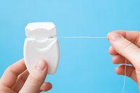Manfaat dan cara bersihkan gigi dengan benang gigi atau dental floss
