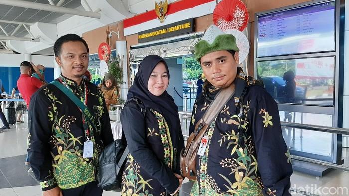 Sanjaya (pakai peci) dan pengurus travel Bumi Nata Wisata saat ditemui di bandara SMB II Palembang (Raja Adil/detikcom)