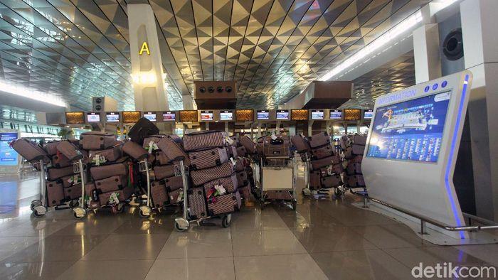 Arab Saudi menangguhkan kedatangan jemaah umrah karena virus corona. Jemaah RI yang sudah siap berangkat pun tertahan di Bandara Soekarno-Hatta, Tangerang.