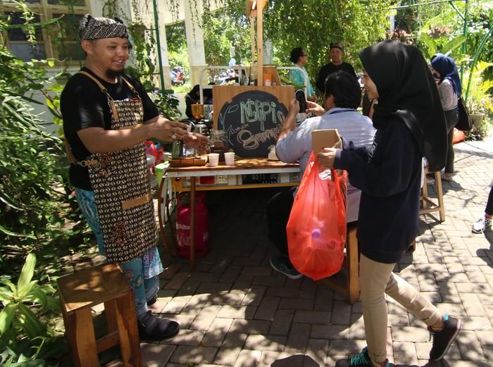 Berbagai cara dilakukan agar masyarakat semakin peduli untuk menjaga lingkungan. Seperti di Banyuwangi, dengan menukar sampah warga bisa mendapatkan kopi lho.