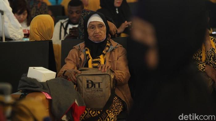 Jemaah RI yang sudah siap berangkat umrah tertahan di Bandara Soekarno-Hatta (Soetta), Tangerang. Mereka bahkan sampai terlelap.