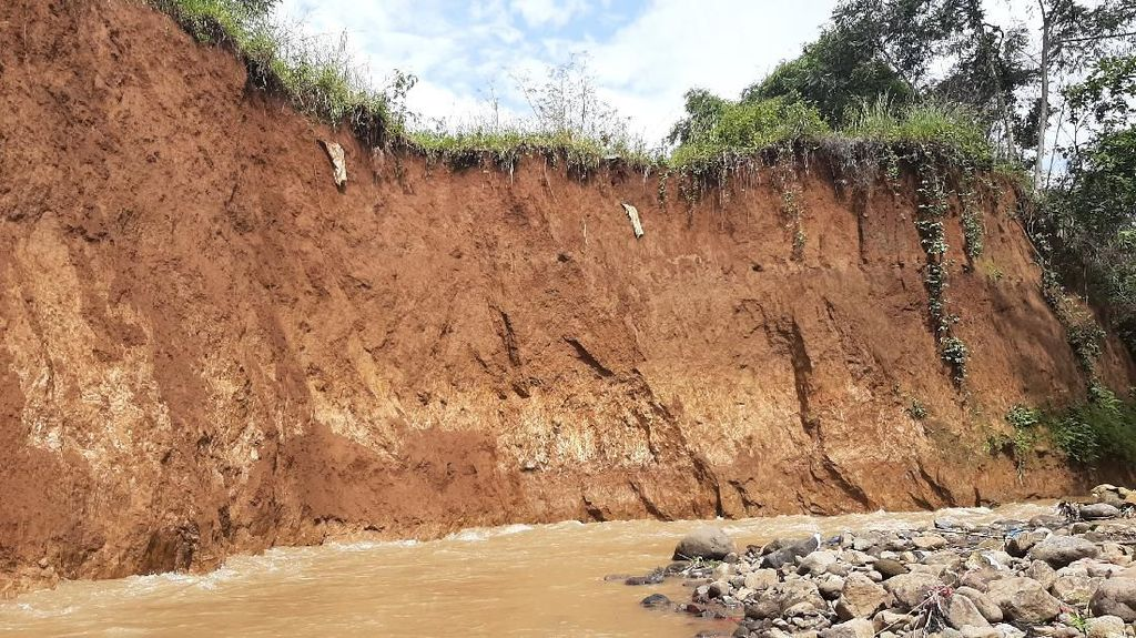 Kain Kafan Menggantung-Belasan Makam di Bogor Hilang Akibat Longsor