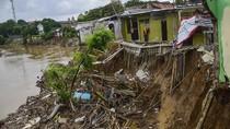 Rumah Ambles Akibat Terkikis Arus Sungai Bekasi