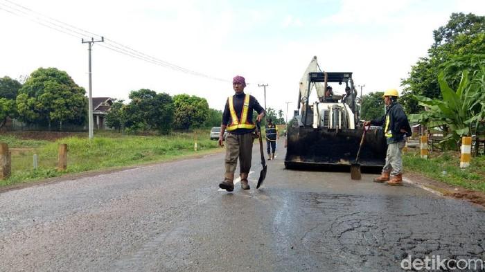 Perbaikan jalan lintas timur Sumatera Selatan beberapa waktu lalu.