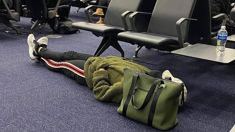 Penumpang tidur di lantai bandara