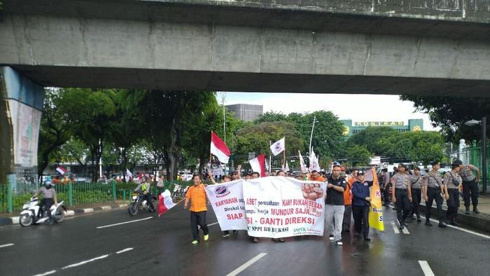 Karyawan PT Pos Indonesia long march ke Kementerian BUMN. (Foto: Sachril/detikcom)