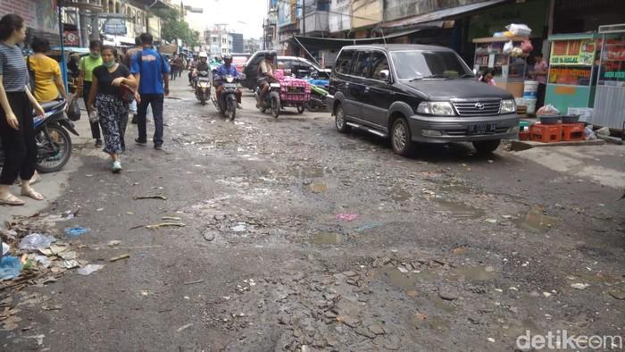 Jalan di Pasar Petisah, Medan rusak parah, parit mampet.