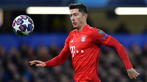 Bayern Munich's Polish striker Robert Lewandowski runs with the ball during the UEFA Champion's League round of 16 first leg football match between Chelsea and Bayern Munich at Stamford Bridge in London on February 25, 2020. (Photo by Ben STANSALL / AFP)