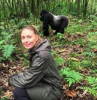 Ini saat dia berfoto dengan gorila di Volcanoes National Park, Hawaii. (mariasharapova/Instagram)