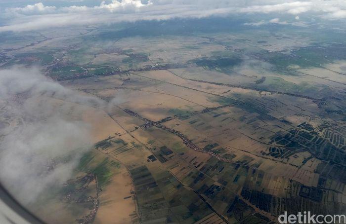 Pemandangan persawahan di Karawang yang terendam banjir dilihat dari udara.