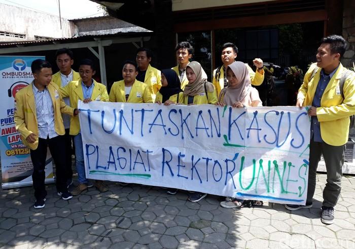 Mahasiswa yang tergabung dalam BEM KM Unnes datangi ORI Perwakilan DIY. Mereka meminta Ombudsman mendesak UGM untuk segera tuntaskan kasus plagiat Rektor Unnes.