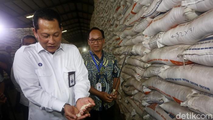 Direktur Utama Perum Bulog Budi Waseso (Buwas) melakukan kunjungan ke Gudang Bulog, Kelapa Gading, Jakarta. Ia pastikan stok jelang Ramadhan aman.