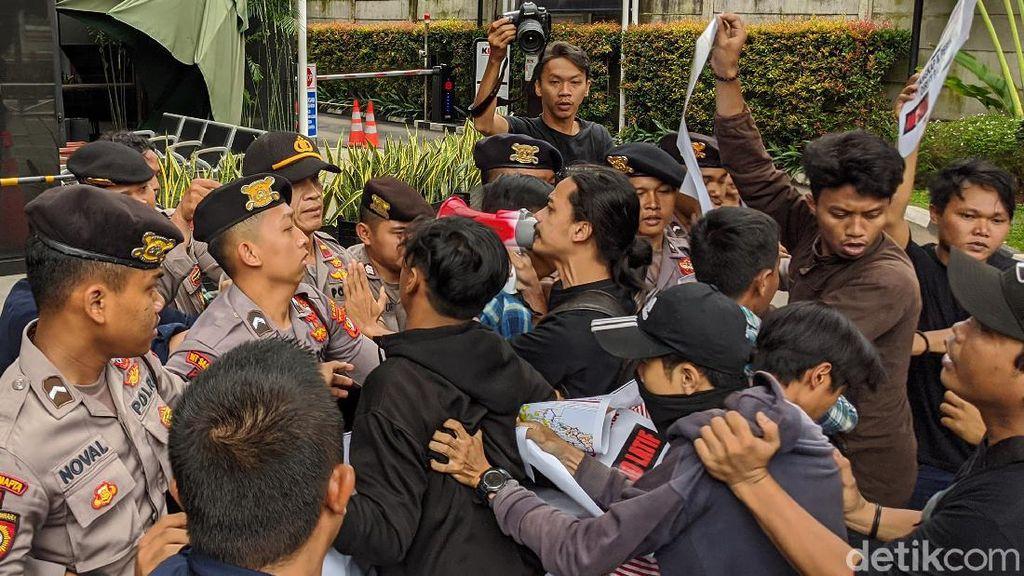 Terobos Gerbang KPK, Pendemo Dipukul Mundur Polisi