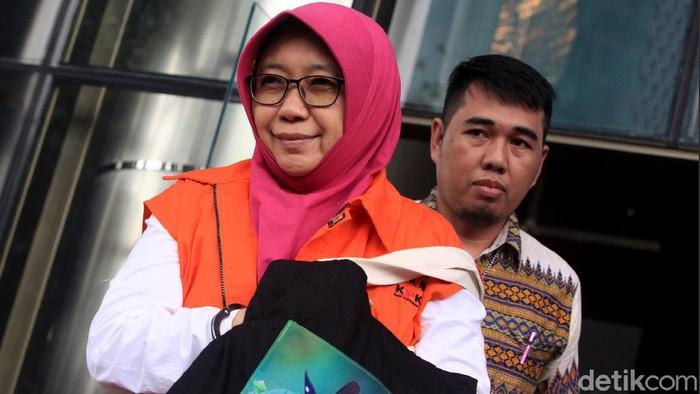 Kadis PU Sidoarjo Sunarti Setyaningsih meninggalkan gedung KPK usai jalani pemeriksaan. Ia tampak menutupi borgol di tangannya dengan menggunakan tas.