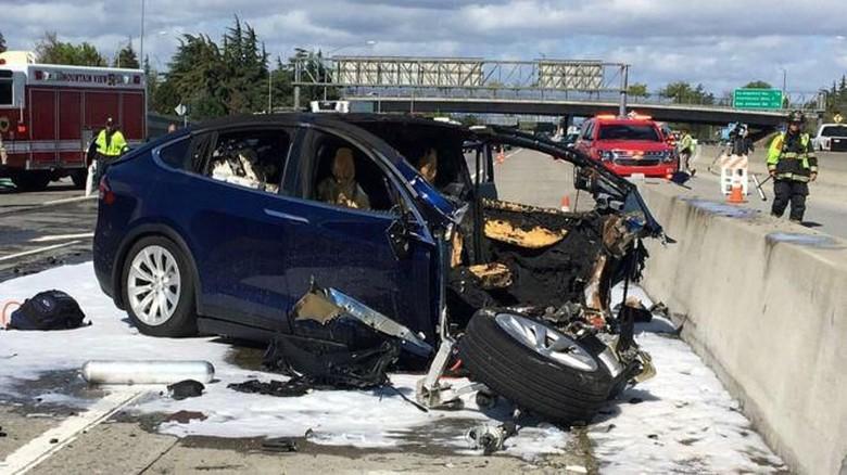 Tesla Kecelakaan