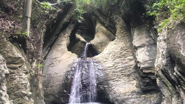 Kabupaten Polewali Mandar di Sulbar punya kekayaan alam yang patut diacungi jempol. Ini namanya air terjun Ulu Ledeng, air terjun perawan yang bertingkat tiga. Keren kan? (Abdy Febriady/detikcom)
