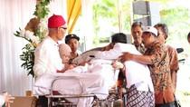 Mbrebes Air Mata! Viral Ayah Sakit Keras Naik Ambulans ke Pernikahan Anak