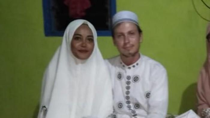 WN Rusia, Aleksei Sidorov mempersunting kekasihnya Nur Fajri di  Pulau Rajuni, Kabupaten Selayar, Sulawesi Selatan.