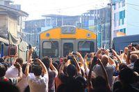Ngeri! Pasar di Tengah Jalur Kereta Ini Jadi Tempat Belanja Ekstrem