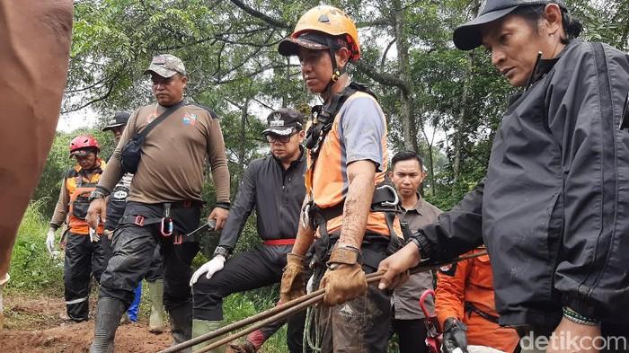 Wali Kota Bogor Bima Arya tinjau lokasi pemakaman umum yang longsor.