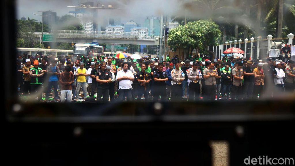Massa Pengemudi Ojol Salat Jumat di Depan Gedung DPR