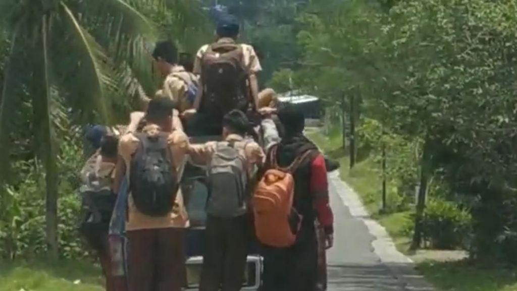 Bah! Siswa di Sumut Gelantungan di Angkot Padahal Jalanan Naik Turun