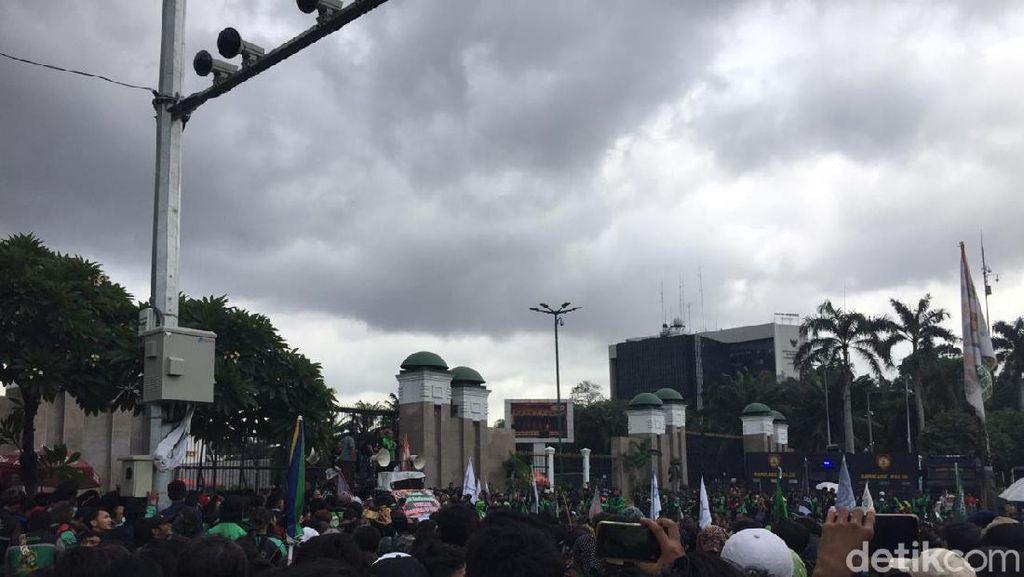 Massa Driver Ojol Geruduk Gedung DPR RI, Lalin Dialihkan