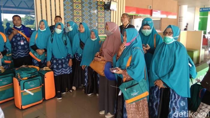 Jemaah umroh asal Palembang saat tiba di Bandara SMB II Palembang pagi ini karena Saudi batalkan umroh (Raja Adil Siregar/detikcom)