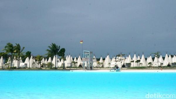 Panjang kolam mencapai 800 meter dengan kedalaam 2,5 meter. Seperti saat bermain di pantai, traveler yang berkunjung harus memperhatikan peringatan yang terpasang. (Wahyu Setyo Widodo/detikcom)