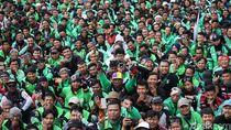 Foto: Ojol Hijaukan Gedung DPR