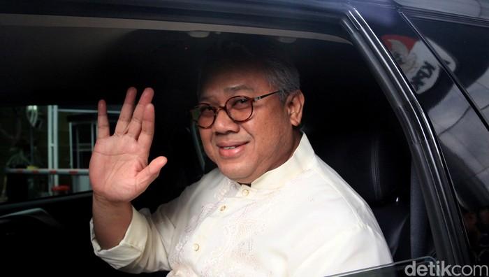 Ketua KPU Arief Budiman meninggalkan gedung KPK usai menjalani pemeriksaan. Ia diperiksa sebagai saksi dalam kasus suap PAW anggota DPR.