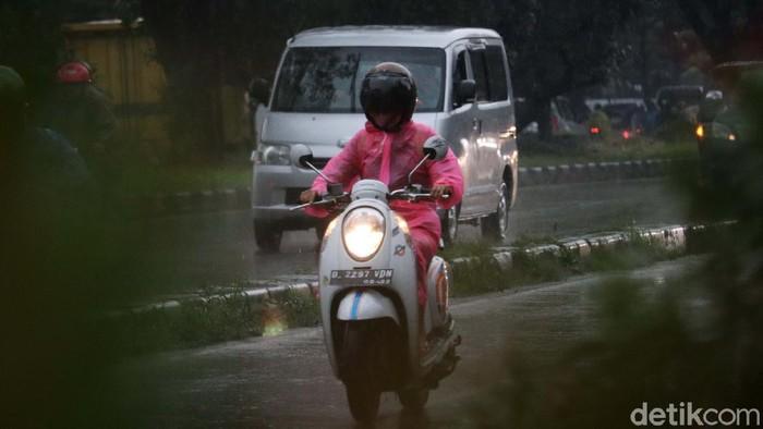Musim hujan merata di seluruh Indonesia. Pemotor pun harus selalu sedia mantel. Seperti para pemotor di Bandung ini.