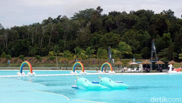 Nampak seperti asli, air kolam renang memang berasal dari laut tapi airnya telah melalui proses penyulingan. Jadi, warnanya biru jernih dan tanpa mengandung bahan kimia. (Wahyu Setyo Widodo/detikcom)