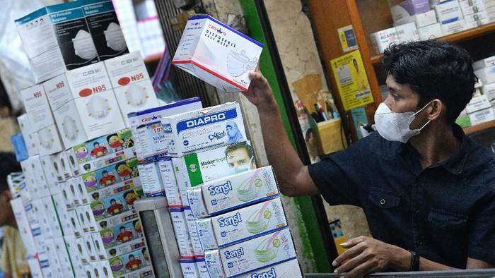 Pedagang menunggu calon pembeli masker di Pasar Pramuka, Matraman, Jakarta Timur, Jumat (28/2/2020).  Harga masker yang sempat menyentuh sekitar Rp1,7 juta per kotak untuk jenis N95 karena dampak virus corona, kini telah turun hingga sekitar 50 persen menjadi sekitar Rp800 ribu hingga Rp900 ribu per kotak, sementara untuk masker bedah dari harga sekitar Rp250 ribu menjadi Rp160 ribu per kotak. ANTARA FOTO/Sigid Kurniawan/wsj.