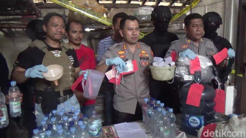 Polisi Gerebek Tempat Produksi Miras Oplosan di Trenggalek