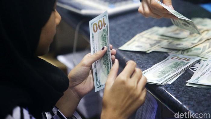 Wabah Corona tak hanya menjangkiti tubuh manusia, tetapi juga ke sektor keuangan global, termasuk Indonesia. Hal ini menyebabkan nilai tukar rupiah melemah terhadap dolar.