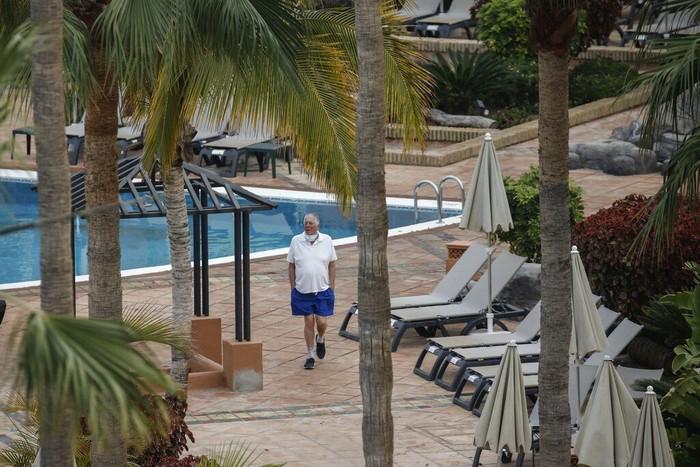 Ribuan tamu di hotel Spanyol dikarantina imbas corona usai seorang turis Italia dinyatakan positif COVID-19. Yuk, lihat aktivitas para turis selama dikarantina.