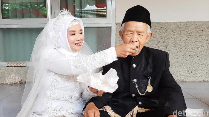 Pasangan kakek-nenek bercicit satu ini ikut nikah massal di Banyumas, Jumat (28/2/2020)