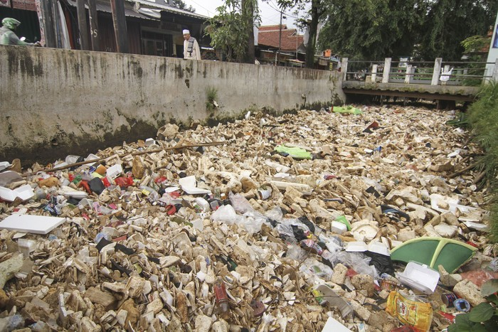 Kali Licin yang berada di kawasan Depok dipenuhi oleh sampah. Sampah-sampah yang menumpuk di kali itu disebut menjadi salah satu penyebab banjir di kawasan itu.