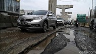 Musim Hujan, Jalan Boulevard Kelapa Gading Rusak Parah