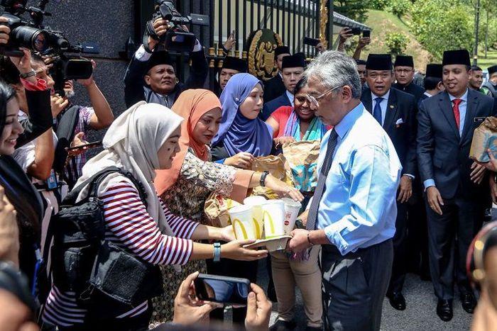 Wartawan Malaysia Dapat Makanan Gratis