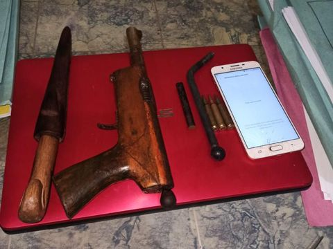 Senpi rakitan dan senjata tajam yang dibawa salah satu pelaku