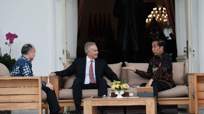 Jokowi Sambut Hangat Tony Blair dan Bos Softbank di Istana