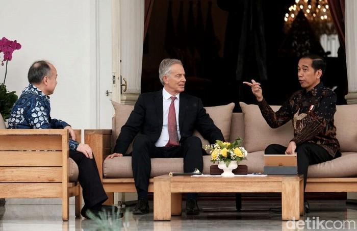 Presiden Joko Widodo bertemu Tony Blair dan CEO Softbank Masayoshi Son di Istana Kepresidenan. Pertemuan itu berkaitan dengan pembangunan ibu kota negara baru.