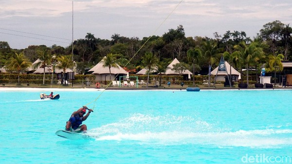 Banyak aktivitas air yang bisa traveler lakukan di sini. Mulai dari berenang, main jetski, fly boarding, wake boarding hingga kayak layaknya di laut. (Wahyu Setyo Widodo/detikcom)
