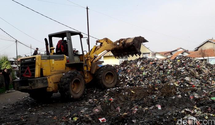Tumpukan sampah di sisi sungai Citepus, Dayeuhkolot, Bandung mulai dikeruk. 11 unit truk sampah dan 1 unit excavator diturunkan.