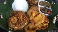 Ayam Penyet Favorit Orang Medan Ini Pakai Sambal Cacadut hingga Palak